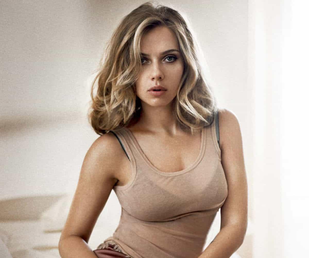 Scarlett Johansson pose