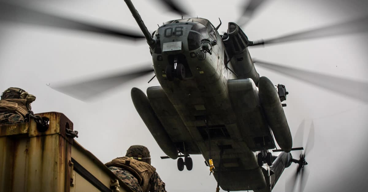 CH-53E_CH-53E hovers above a landing support specialist