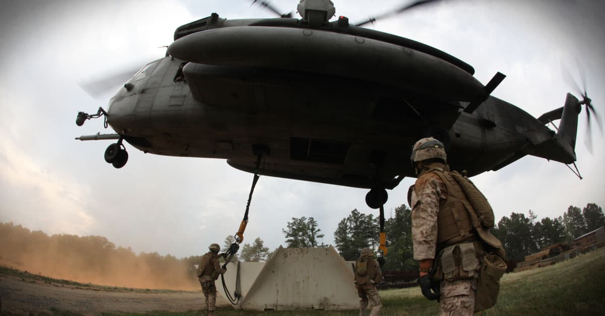 CH-53E_Landing support specialists connect a target to a CH-53E Super Stallion Helicopter