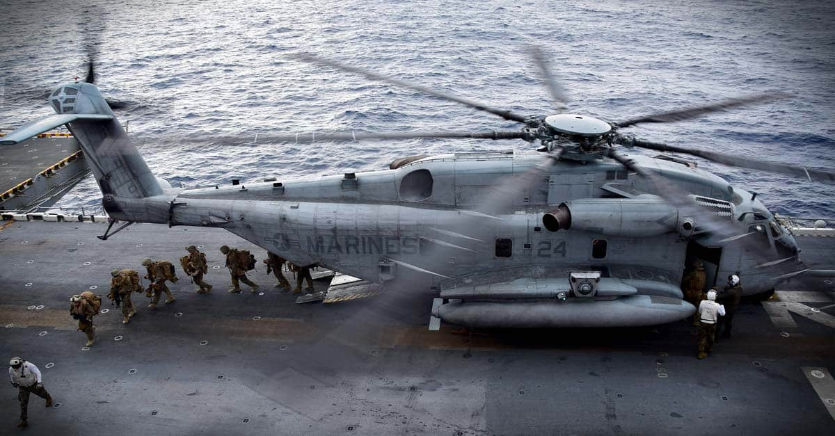 CH-53E_Marines exit a CH-53E Sea Stallion