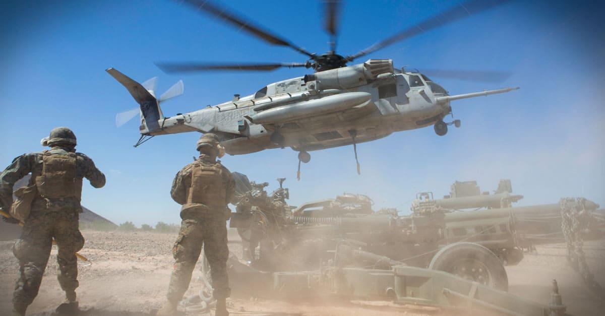 CH-53E_Marines prepar to connect a 155mm Howitzer to a CH-53E Super Stallion