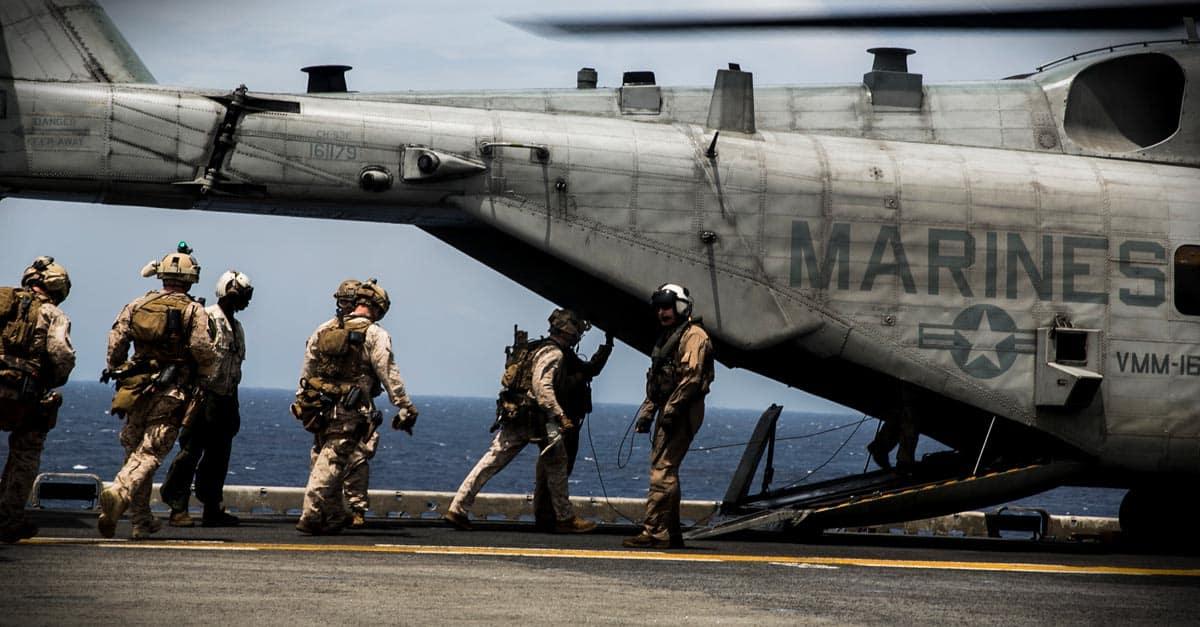 CH-53E_U.S. Marines load into a CH-53E Super Stallion