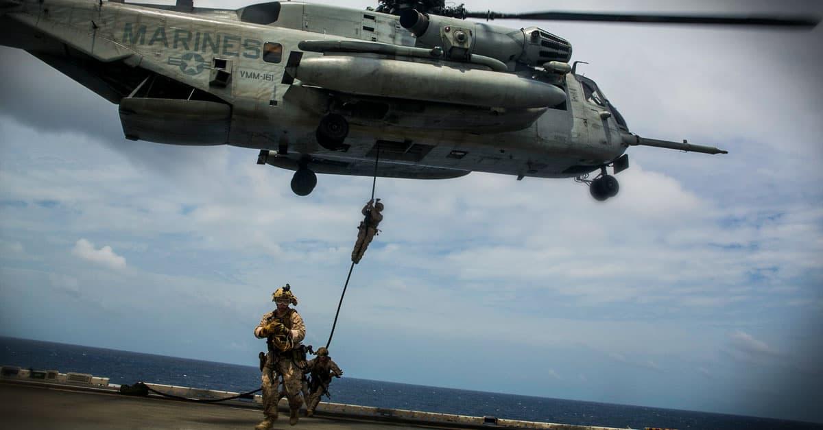 CH-53E_U.S. Marines wit fast-rope out of a CH-53E Super Stallion onto the flight deck of the USS Essex (LHD 2)